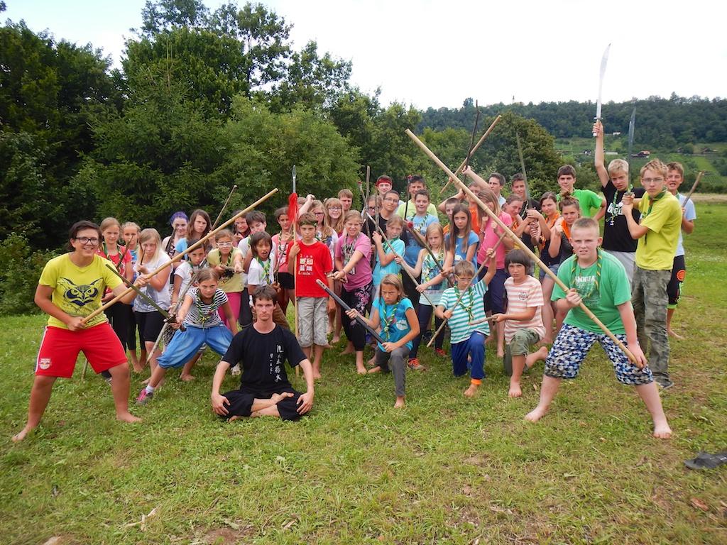 Skupinska fotografija po kung fu delavnici na taborjenju, julij 2014. (foto: Žan Kuralt, www.taborniki.net)